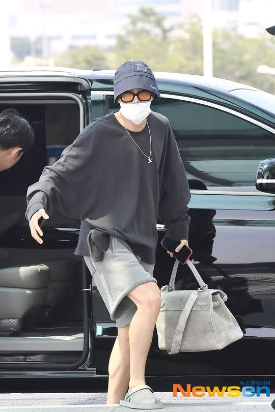 Swag时尚爆发机场变秀场!郑号锡因海外行程独自前往美国