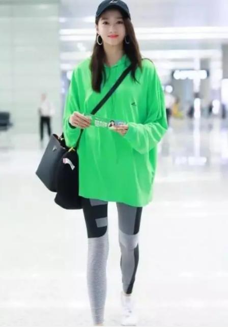 关晓彤机场秀身材,紧身裤直接穿成连裤袜,网友:没这腿不要尝试