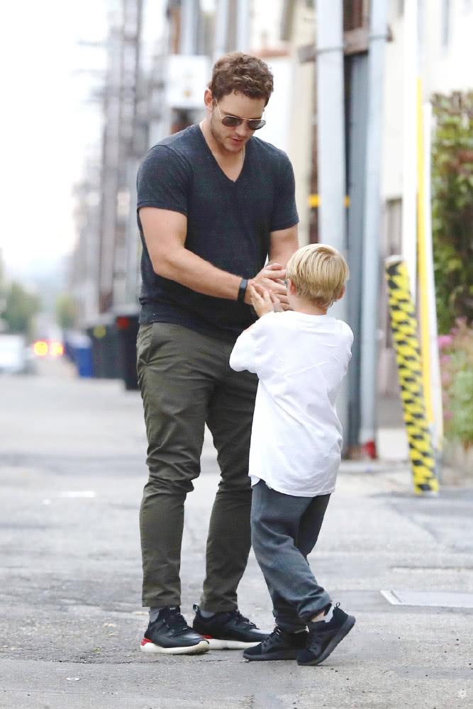 """星爵克里斯·帕拉特现身街头!""""父仇者""""在儿子旁,居然那么暖心"""