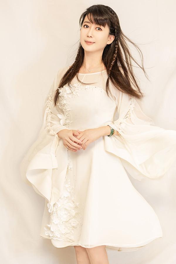 月亮公主50岁近照曝光!一身纱裙「仙气飘飘」颜值不减当年 「和僧人合照」彷彿不曾老去!