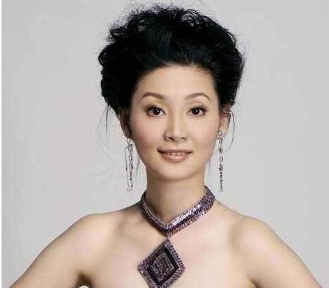 冯小刚为徐帆庆生,却当街和神秘女子亲密接触?女方身份被曝光!