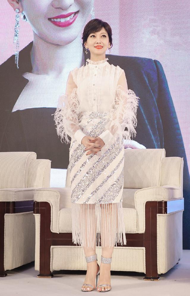 """65岁赵雅芝,穿T恤配紧身亮片裙,瞬间美成""""人鱼公主"""""""