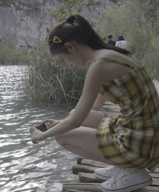 鞠婧祎对自己的身材太自信,平胸还敢穿吊带裙,画面过于养眼