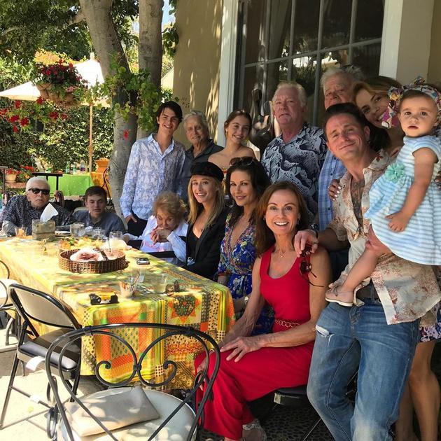 四代同堂!102岁道格拉斯抱曾孙女与家人聚会