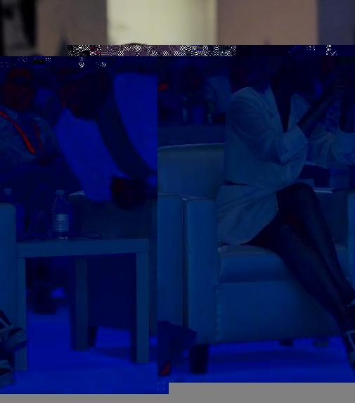 """50岁许晴挑战""""半截裙"""",当她坐下那刻,网友:不敢往下看"""