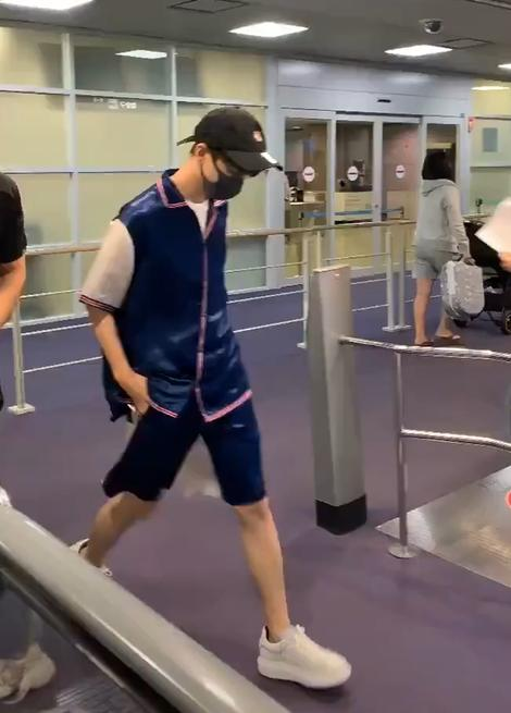 王俊凯被偷拍,看到路人镜头下他的腿,网友:这尺寸谁扛得住?