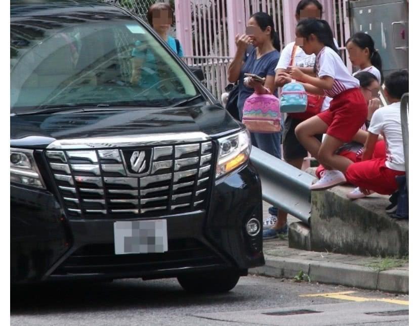 """赵薇9岁女儿黄新开学飞跃过马路,动作敏捷颇有""""小燕子""""风范"""