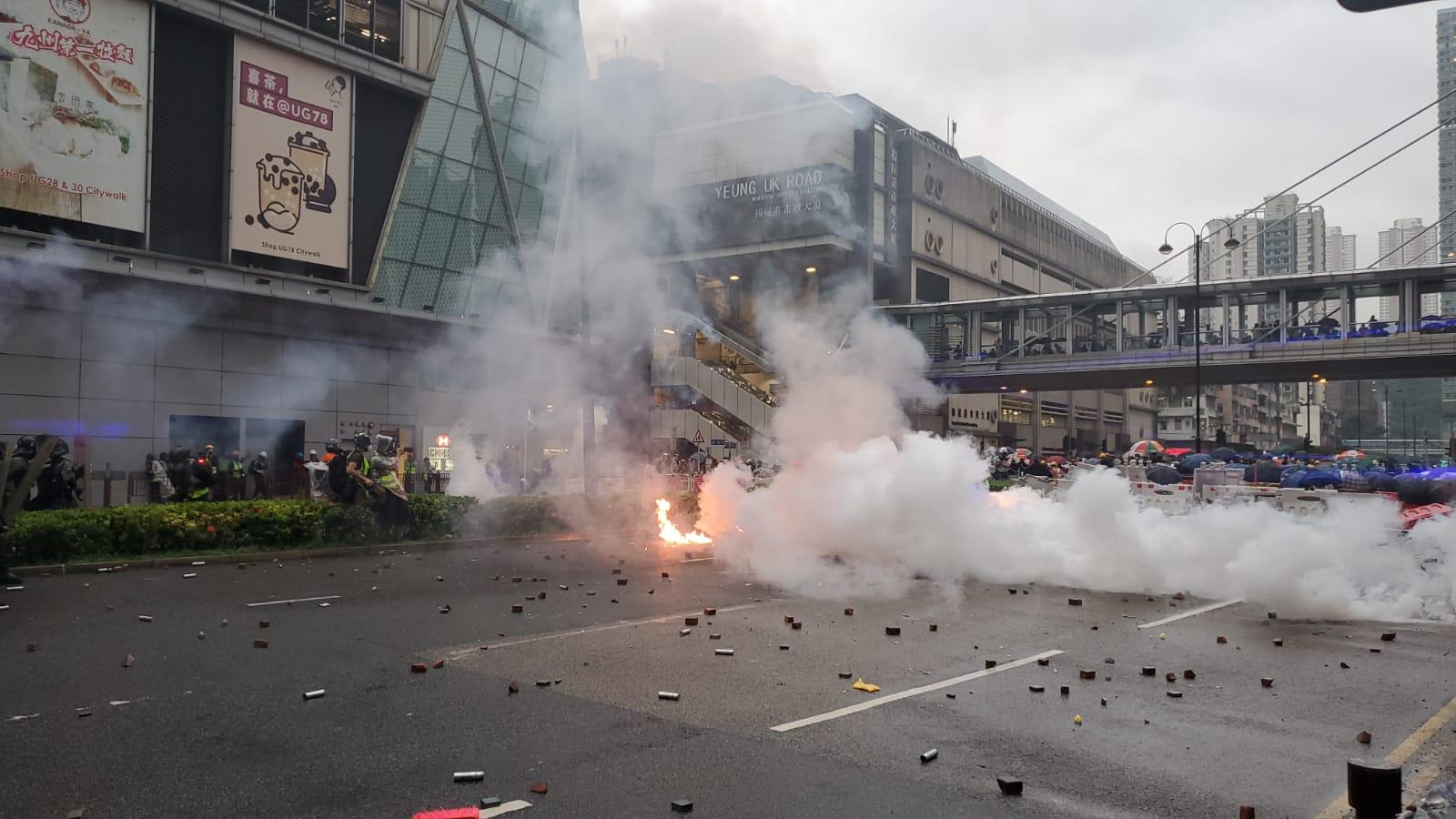 【荃葵青游行】杨屋道示威者反攻投掷砖头汽油弹 警方举橙旗开枪