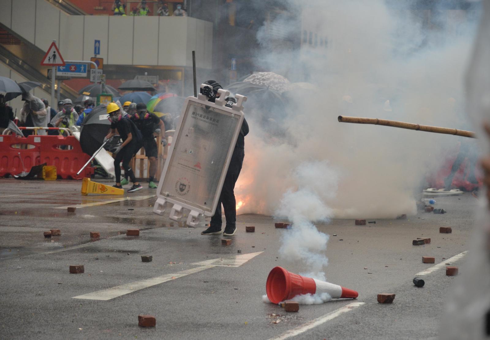【荃葵青游行】警方装甲车驶进荃湾沙咀道戒备 与示威者对峙