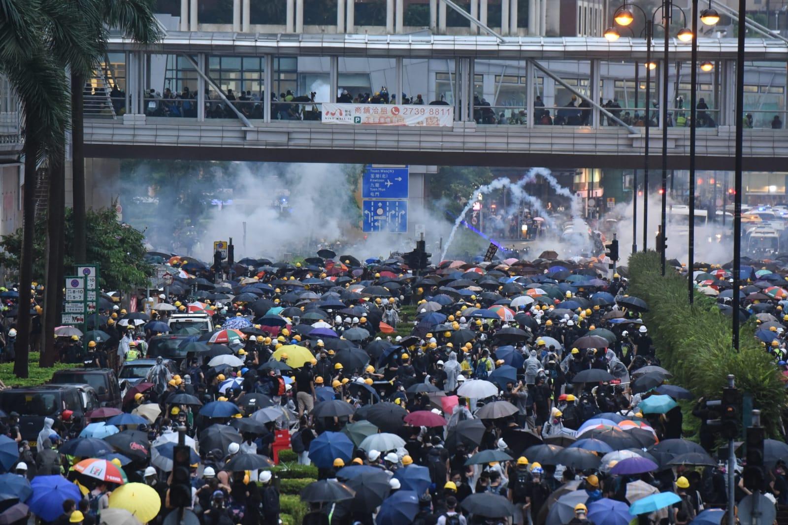 【荃葵青游行】警方杨屋道制服多人 示威者退守葵福路增设路障