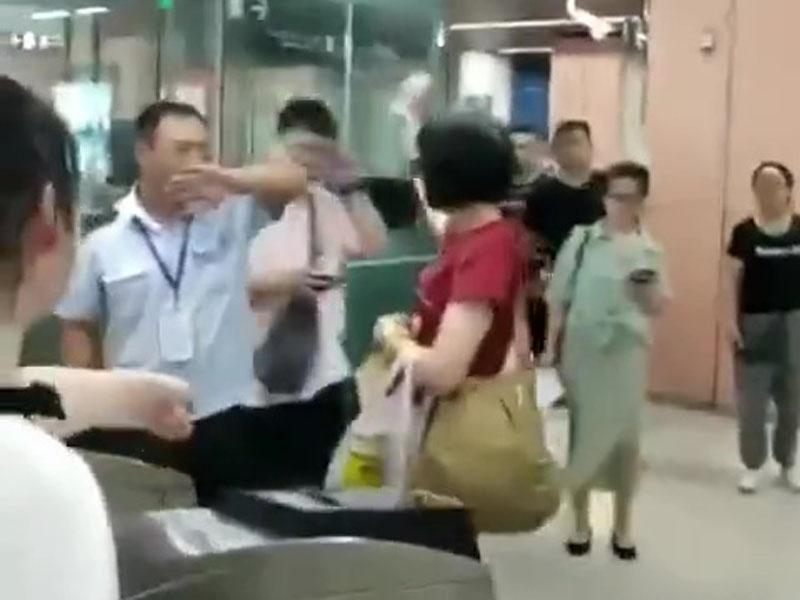女子带喷雾进北京地铁被阻 当场乱喷被警告