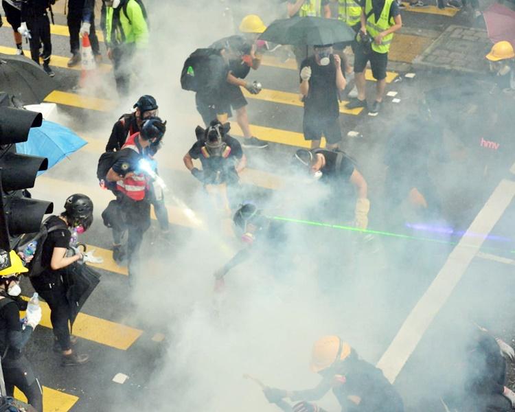 【荃葵青游行】的士载27支铁棍 两乘客与示威者冲突连同的哥齐被捕