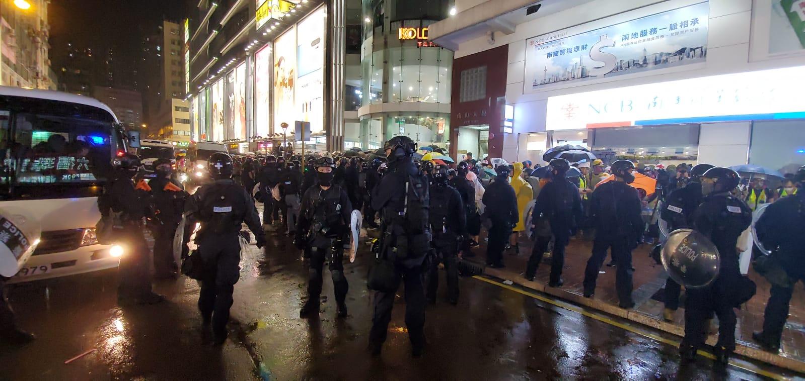 【荃葵青游行】众安街示威者打烂警车车窗 警员遇袭受伤送院