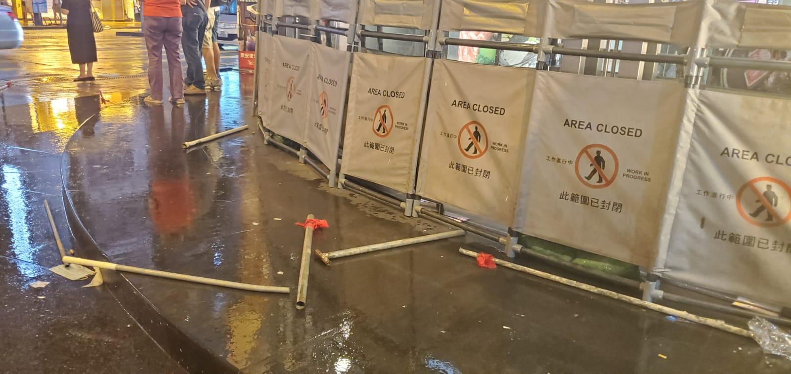 【荃葵青游行】沙咀道数十名疑手持铁通利刀及国旗白衣汉聚集被警员驱散