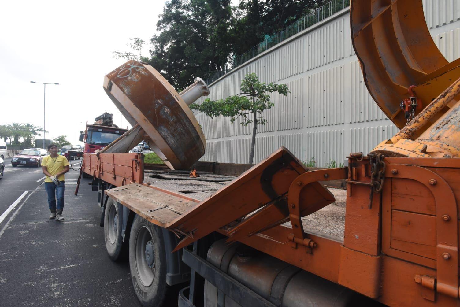 疑因铁链松脱 钻桩稳定器从货车跌至龙翔道慢缐