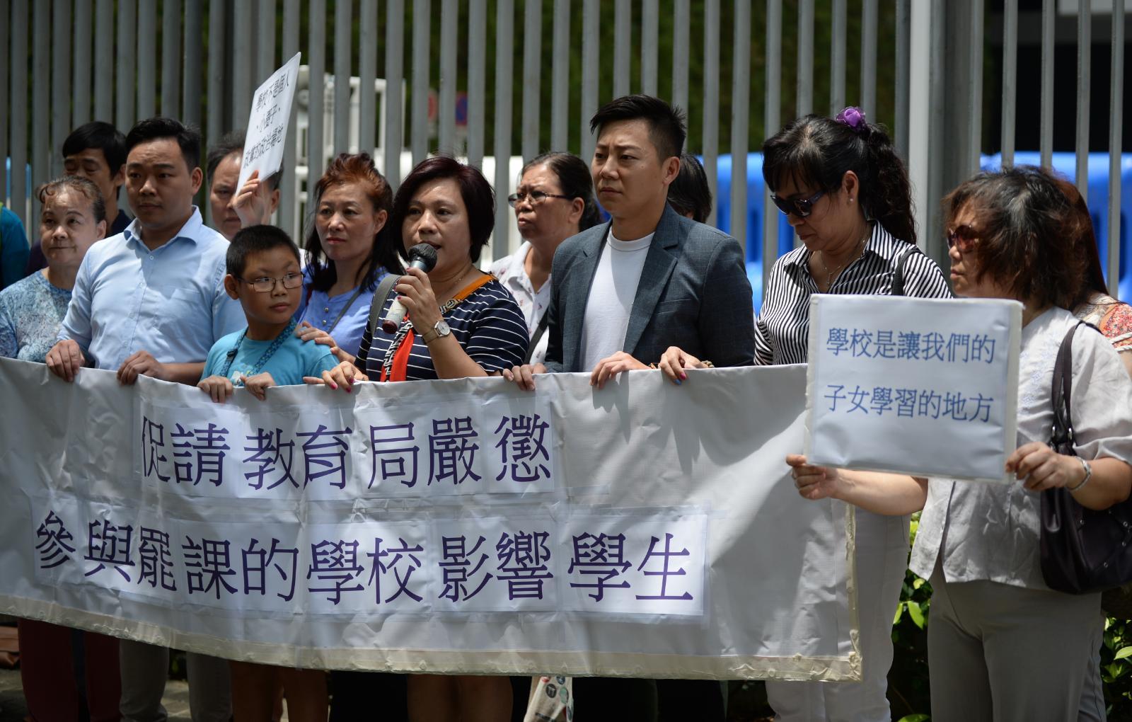 【逃犯条例】一批家长到政总请愿 促教育局惩处罢课学校及教师