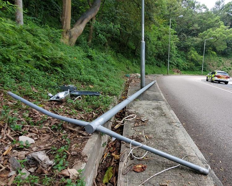 小巴红梅谷撞冧灯柱 7男女受伤送院