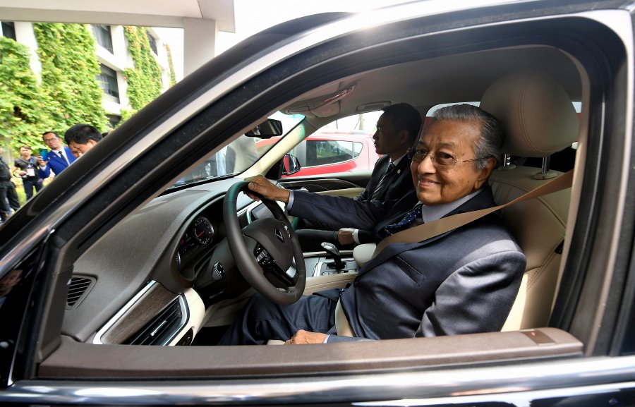 Dr M test drives the VinFast SUV in Hanoi