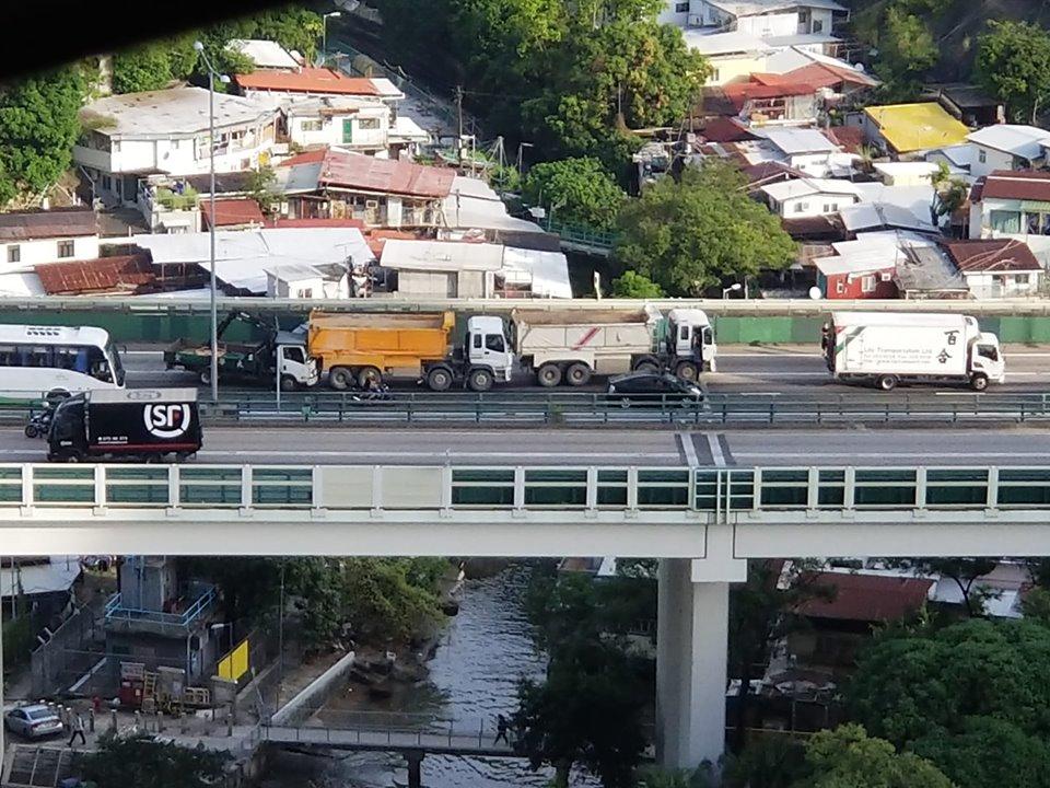 4车相撞1司机被困 屯公出九龙交通一度挤塞