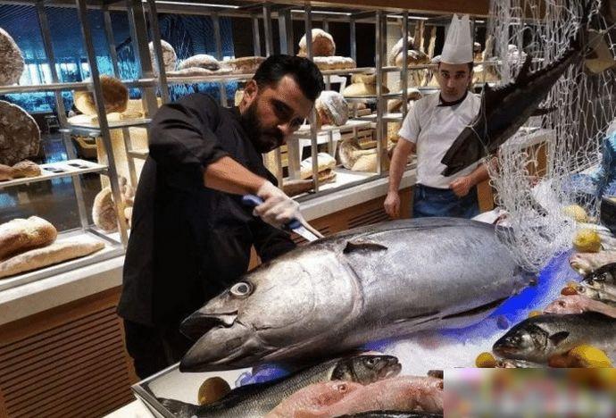 杜拜土豪们逛的菜市场:鲨鱼摆地摊,满地都是帝王蟹大龙虾!