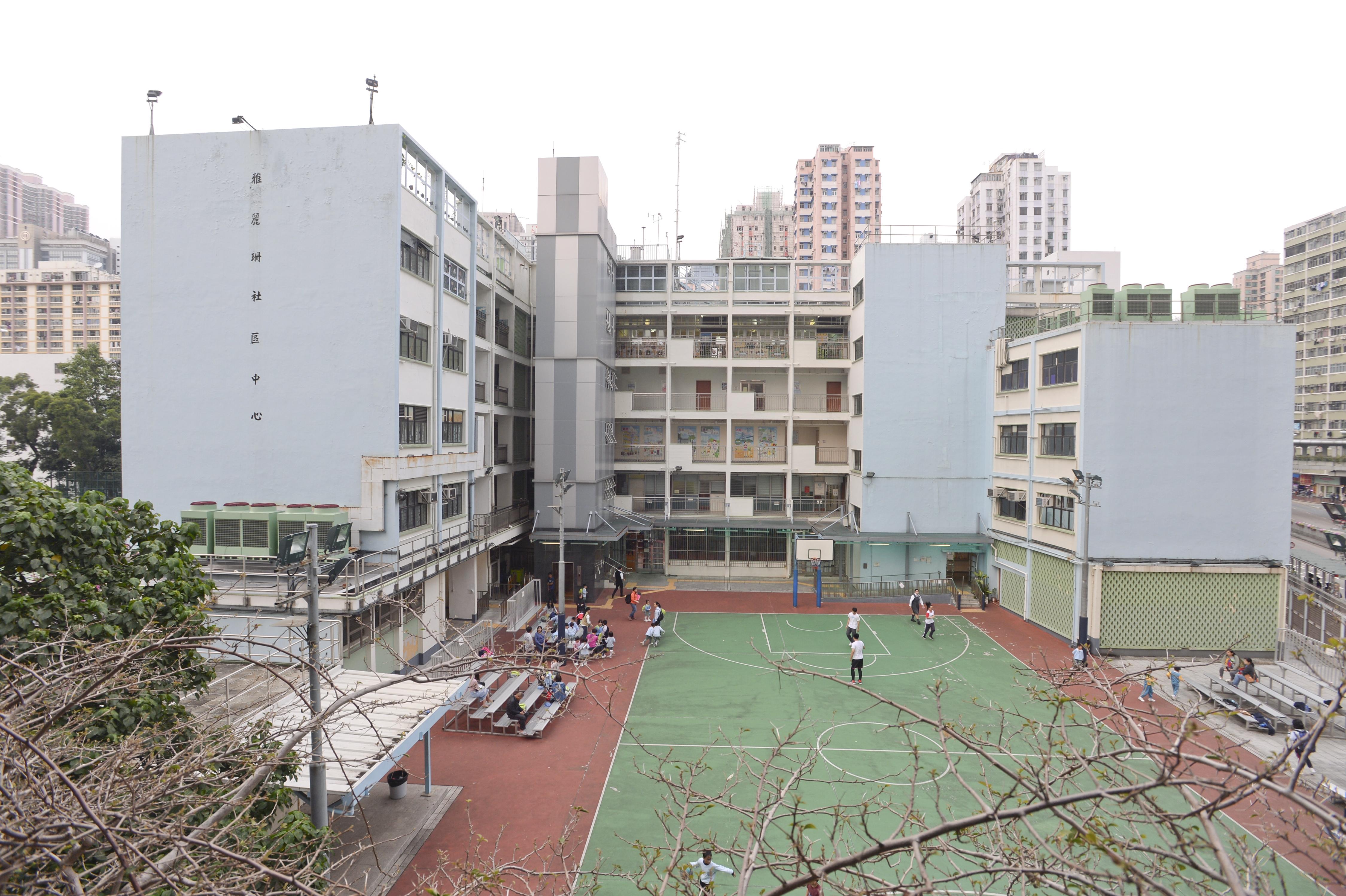 7旬翁危企荃湾社区中心天台 被劝服送院
