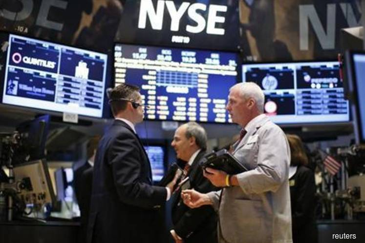 Investors flee Wall Street, seek shelter in bond and gold