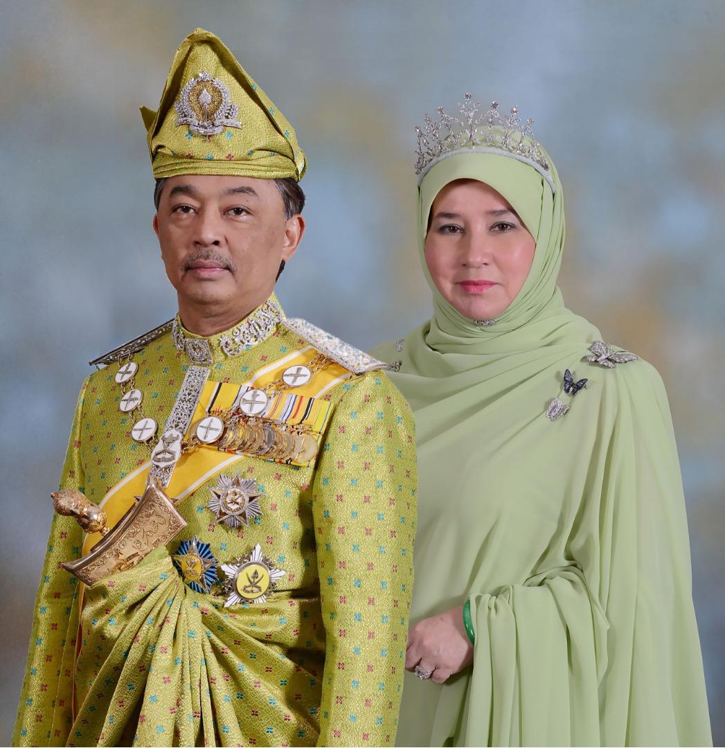 原创 马来西亚元首夫妇穿情侣装太甜!59岁第一夫人穿一身粉色笑靥如花