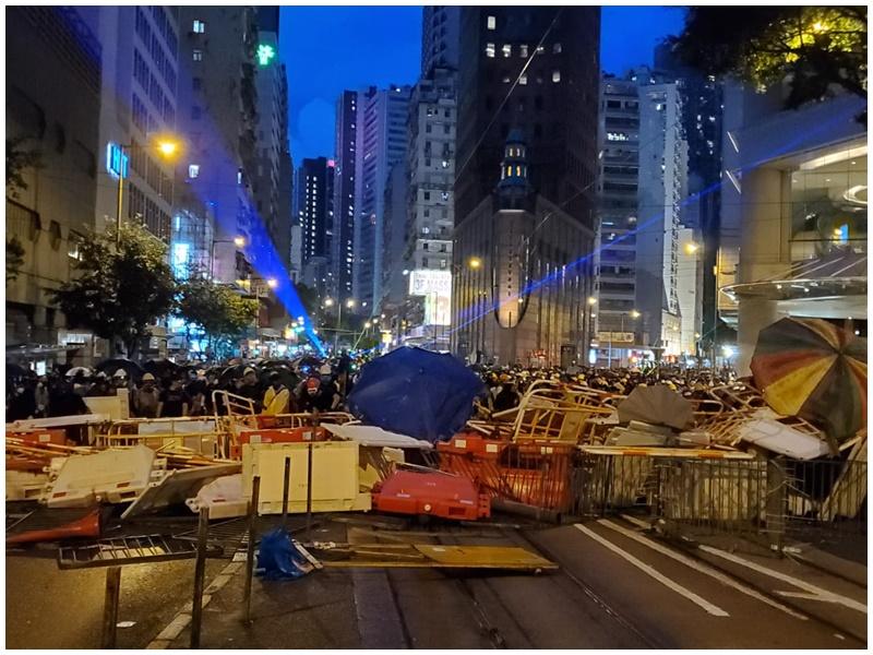 【逃犯条例】警总外示威者退守轩尼诗道 警方一度举橙旗