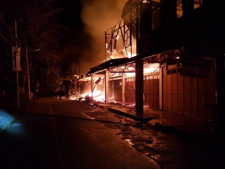 林明市凌晨大火狂烧 毁31建筑一人死亡