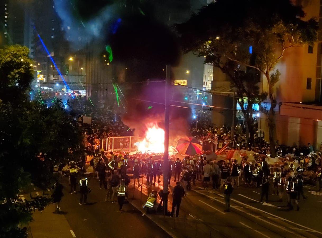 【逃犯条例】示威者警总纵火火势勐烈 浓烟冲半空现场传巨响