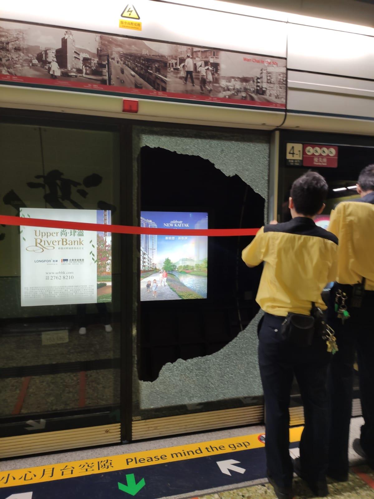 湾仔站月台幕门遭撞毁铁栏跌入路轨 港铁报警