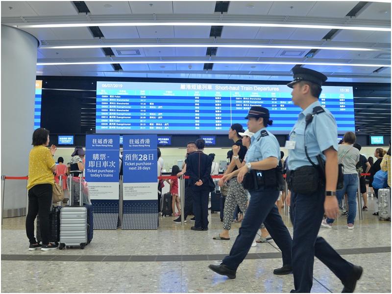 港铁:因应警方要求 西九站多个出入口暂时关闭