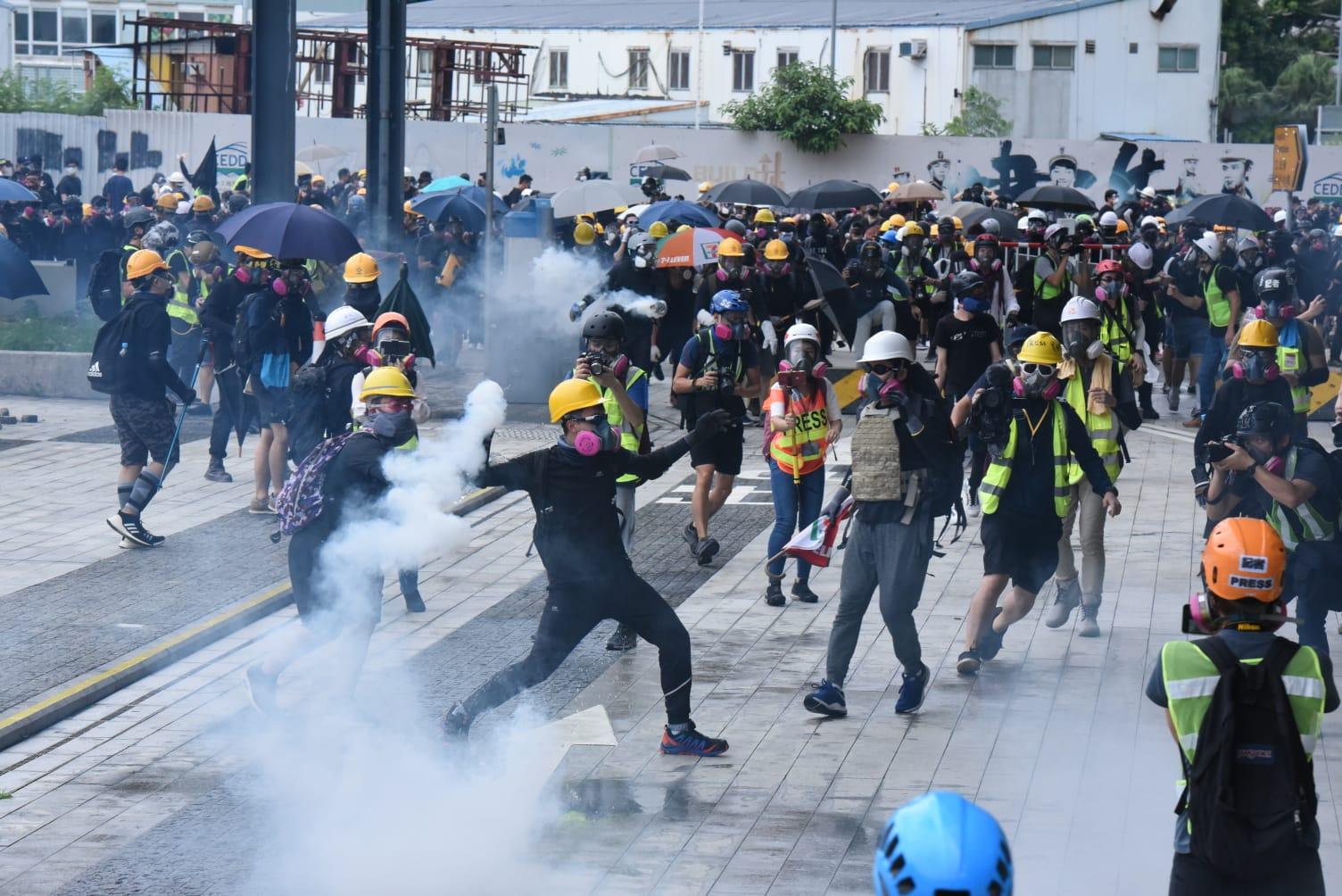 【逃犯条例】 立法会外多处着火 警:示威者投掷汽油弹