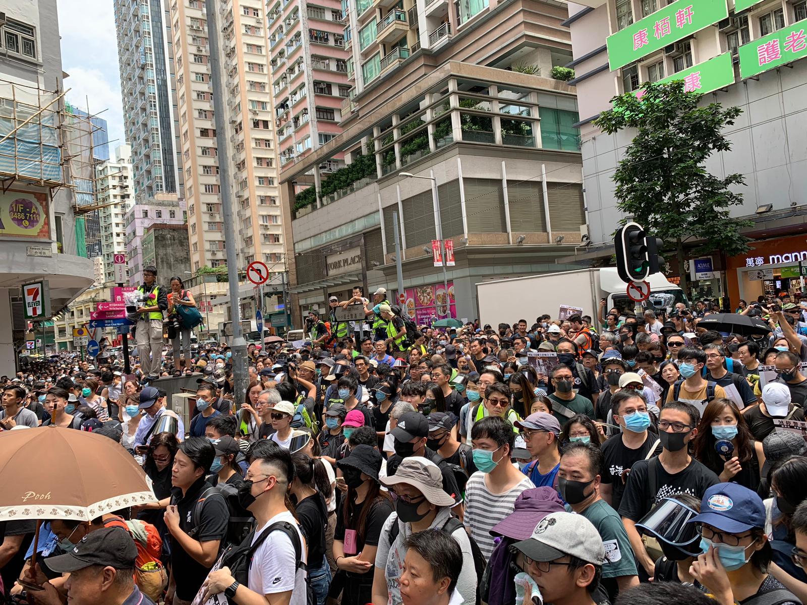 指示威者佔据轩尼诗道及花园道等 警方警告立刻停止违法行为
