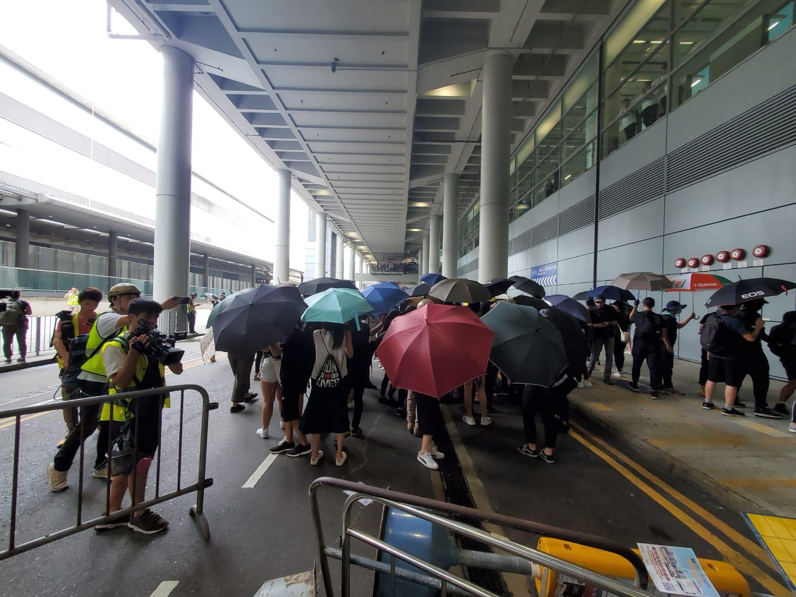 【堵塞机场】示威者图闯客运大楼被阻止 以手推车铁马筑路障