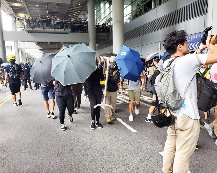 【堵塞机场】法庭禁令仍生效 警指示威者或构成藐视法庭