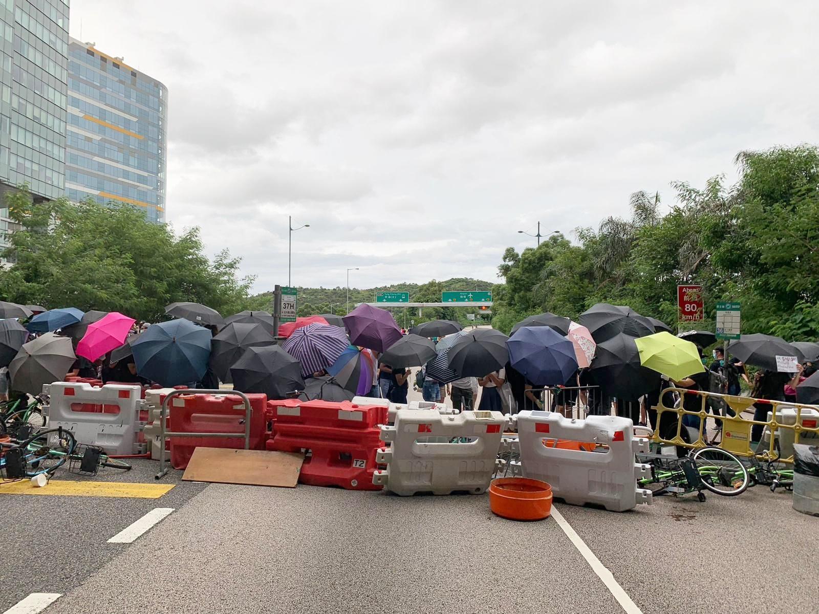 【堵塞机场】示威者退往东涌 杂物堵赤鱲角南路迴旋处