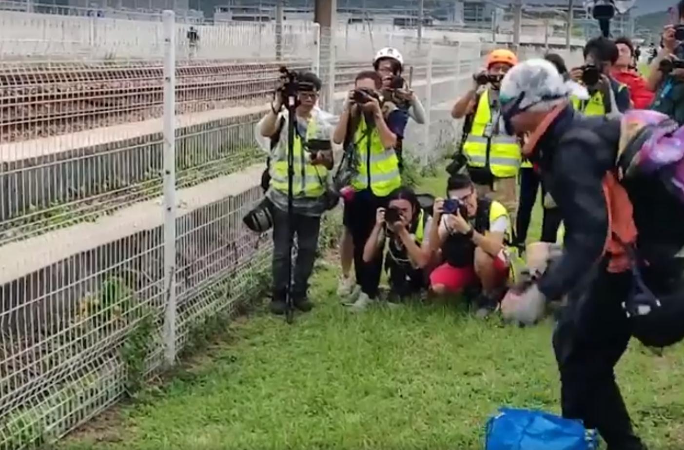 【堵塞机场】涉抛杂物落机铁路轨 3名廿岁青年被捕