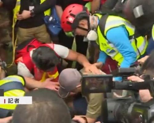 【堵塞机场】中年男疑因意见不合 以砖头打示威者后一度被包围