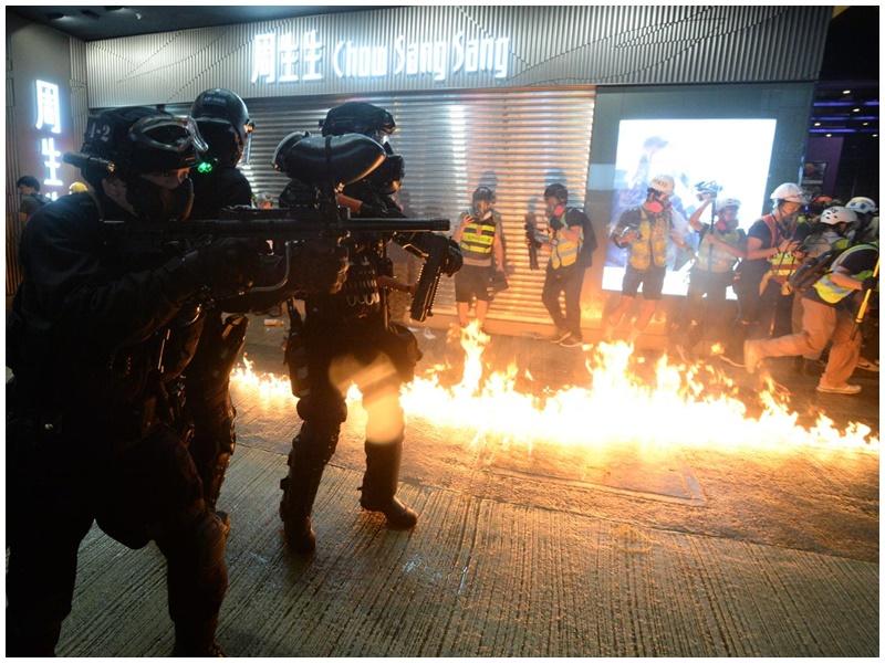 【逃犯条例】防暴警铜锣湾崇光连开多枪 示威者燃烧弹还击