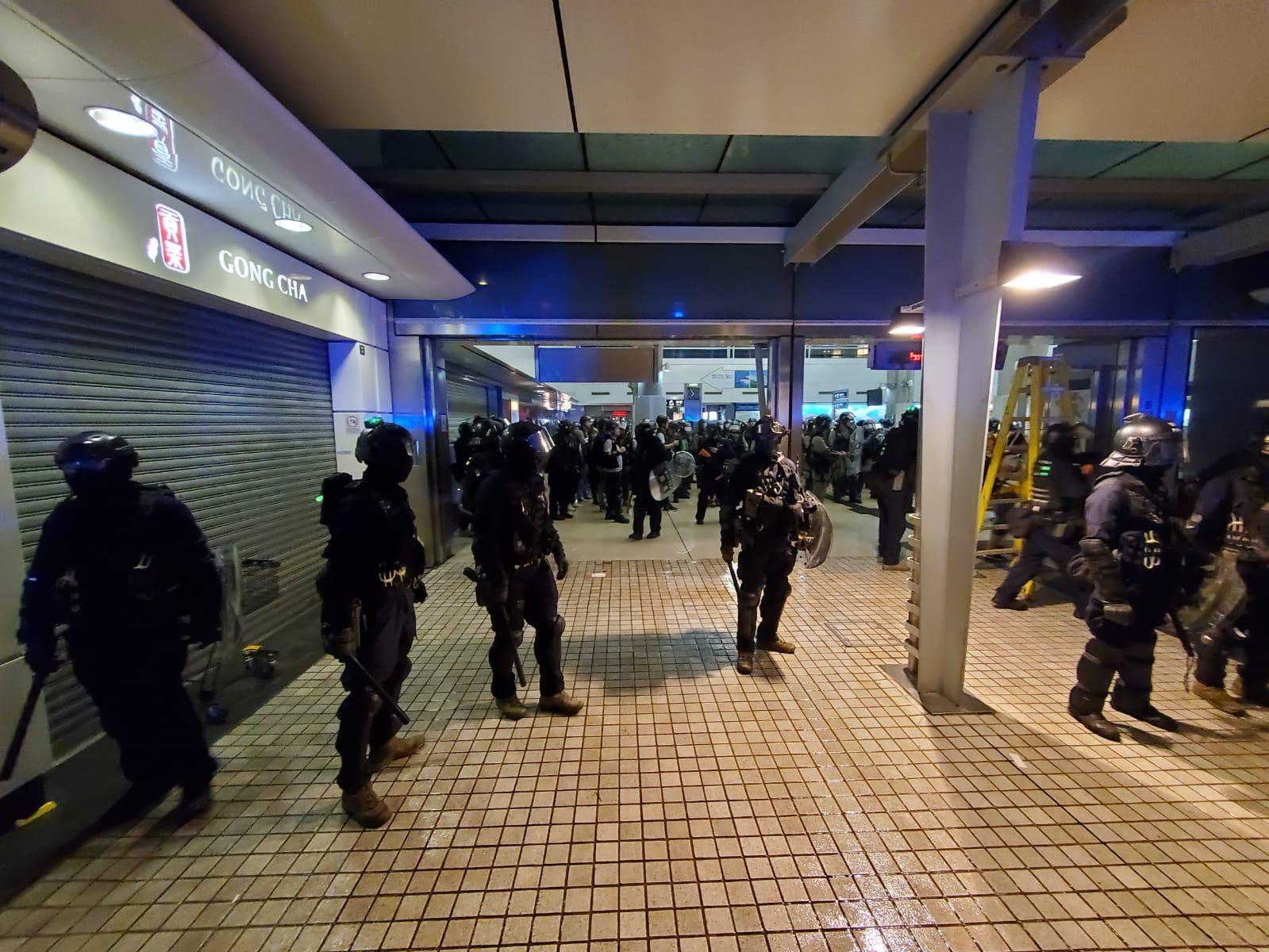 【堵塞机场】防暴警进东涌站清场 一度登列车车厢截查