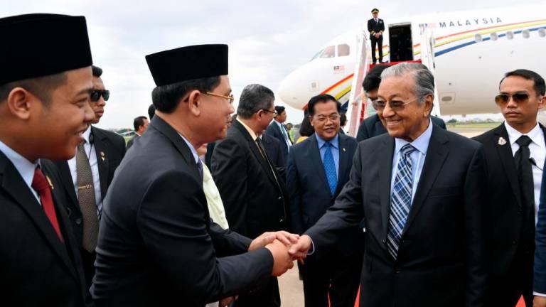 Mahathir arrives in Phnom Penh for 3-day official visit