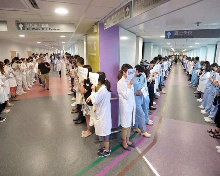 【逃犯条例】医护持标语集会 玛丽医院400人筑人链