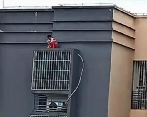 重庆11岁童天台看风景 失足堕下到30楼窗台获救