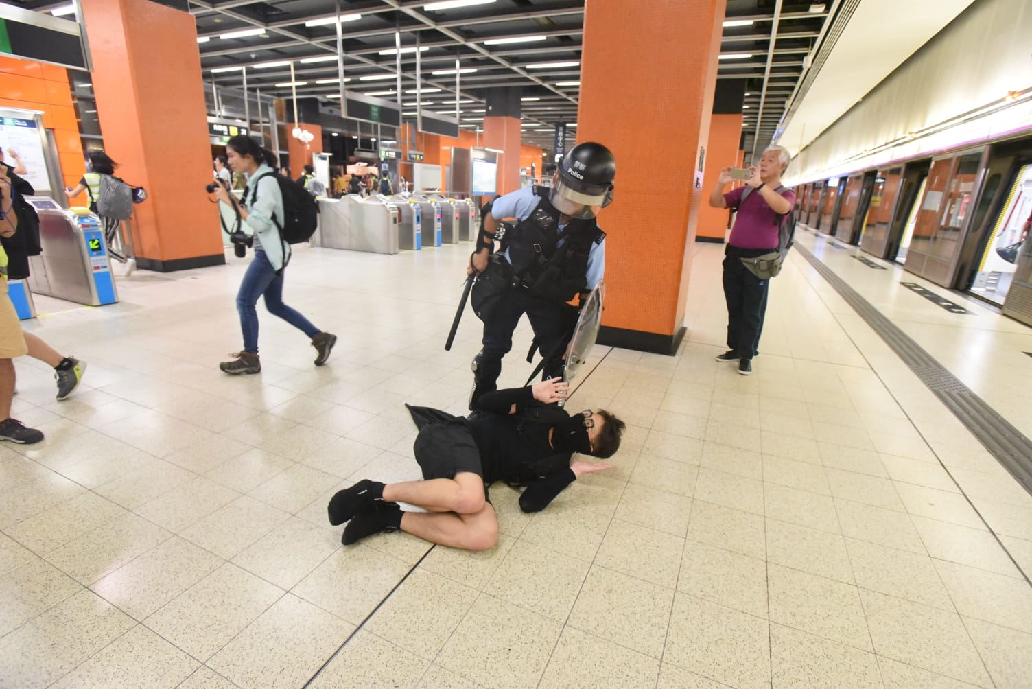 【修例风波】港铁关闭宝琳站 防暴警到站内驱赶示威者
