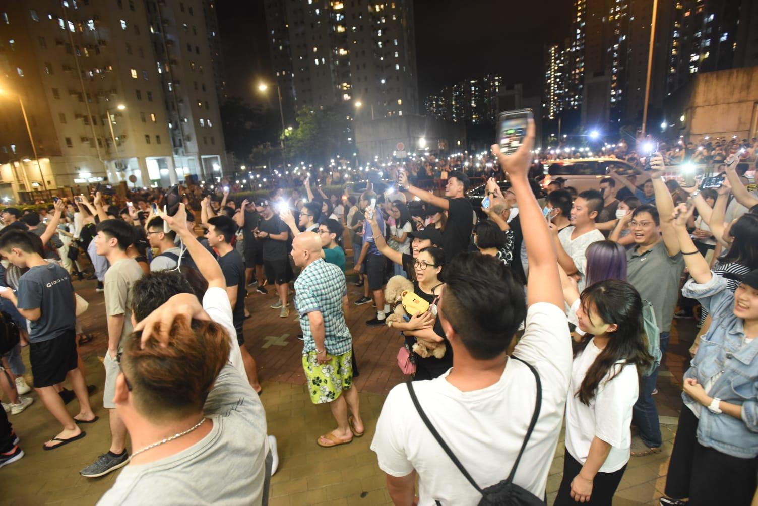 【修例风波】数百人坑口站外聚集 防暴警蓝旗警告散去