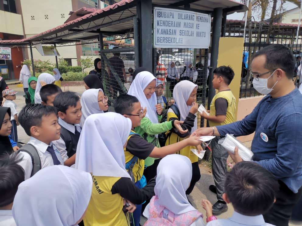 Sarawak PKR Youth hands out face mask to pupils as haze worsens
