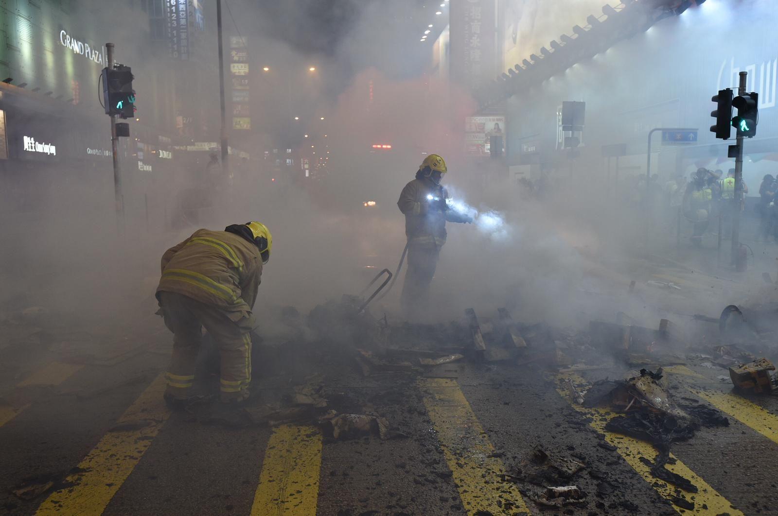 【修例风波】旺角站入闸机被破坏 示威者弥敦道近山东街交界再纵火