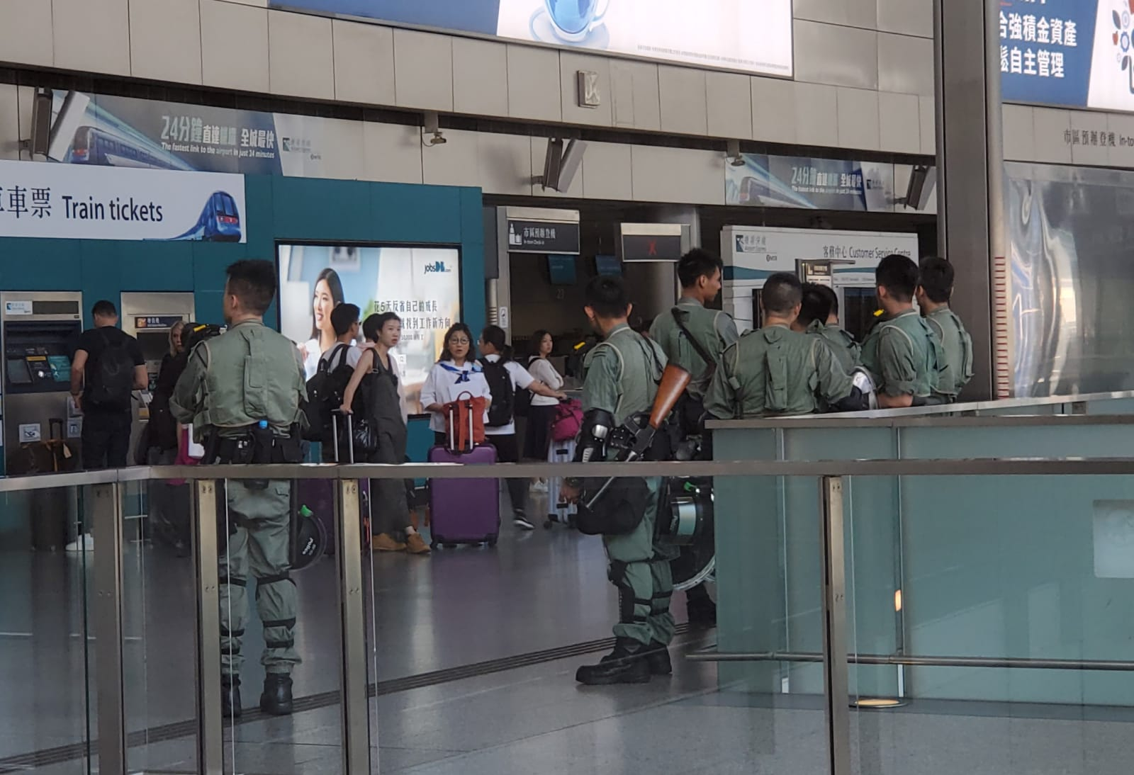 【修例风波】防暴警驻机场戒备 东涌商铺早上如常营业