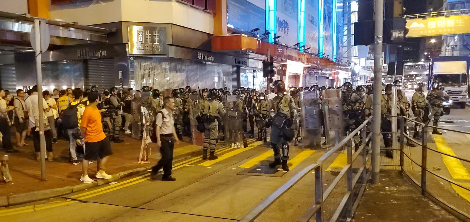【修例风波】防暴警旺角弥敦道向油麻地推进 至少两人被捕